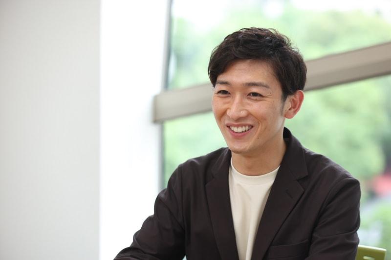 笑顔の小林正寿さん