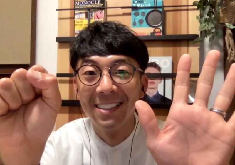 【写真】Go!Go!いわてのポーズの天津木村さん