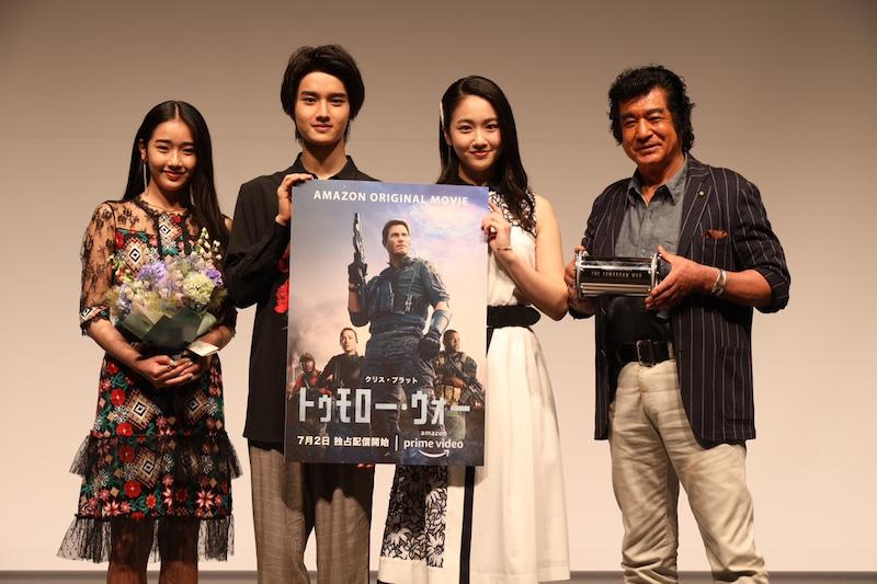 【写真】映画トゥモローランドのポスターと共に、藤岡弘さん、天翔愛さん、藤岡真威人くん、天翔天音さん